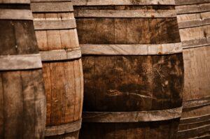 vinho e barricas de carvalho